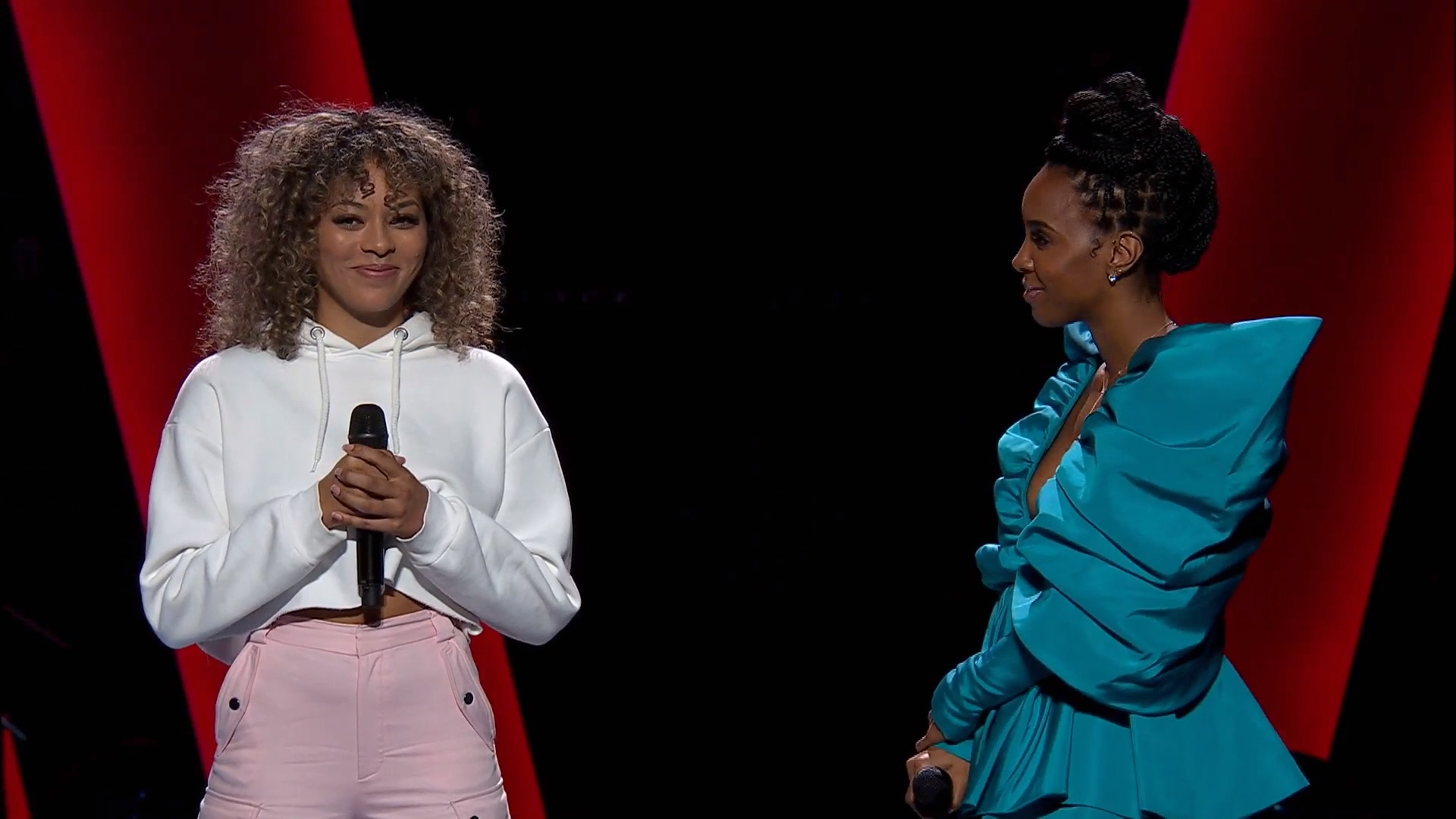 Kelly Rowland sings with artist during Blind Auditions