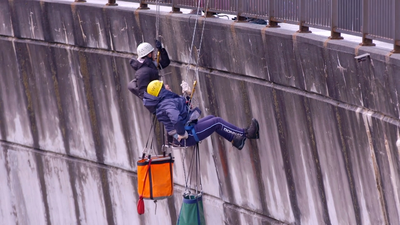 The Guides get adventurous and go abseiling